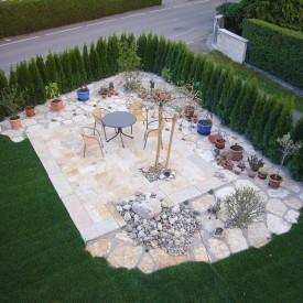 Freiraum mit Natursteinen im eigenen Garten