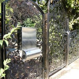 Verwunschener Gartenzaun und Eingangstor mit ornamentalem Muster der GartenManufactur Ragusa in Ingolstadt