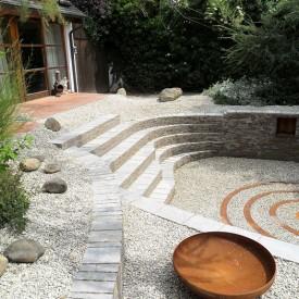 Die GartenManufactur Ragusa in Ingolstadt arbeitet mit wunderschönen Materialien wie Muschelkalk, um selbst Wildgärten zu einer Oase der Entspannung zu machen