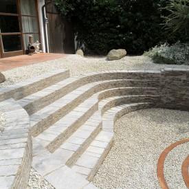 Einladender Senkgarten mit Zugangs-Treppen und Sitz-Treppen lädt zum Verweilen und Entspannen ein. Designt von der GartenManufactur Ragusa in Ingolstadt