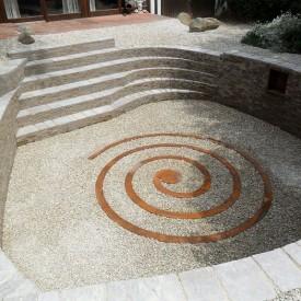 Die Cortenstahl-Spirale im Zentrum des Senkgartens, angelegt von der GartenManufactur Ragusa in Ingolstadt, setzt spannende und moderne Akzente in dem ehemaligen Wildgarten