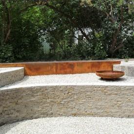 Schöne Sitz-Treppen im Senkgarten, hergestellt von der GartenManufactur Ragusa, ermöglichen das Abstellen von Kerzen und Accessoires und komplettieren das Erscheinungsbild des mystischen Gartens