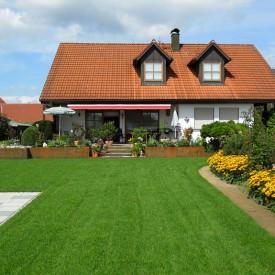Pflegeleichter Terrassengarten mit Rasenfläche Forum Ferrum